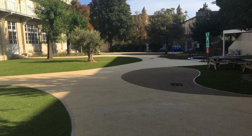 Le revêtement Urbalith, mis en oeuvre dans les allées du lycée Nevers à Montpellier, se caractérise par une drainabilité élevée.