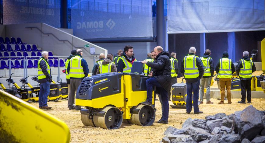 Centre de formation Bomag : un espace couvert de 3000 m2 dédié à l'utilisation des machines.