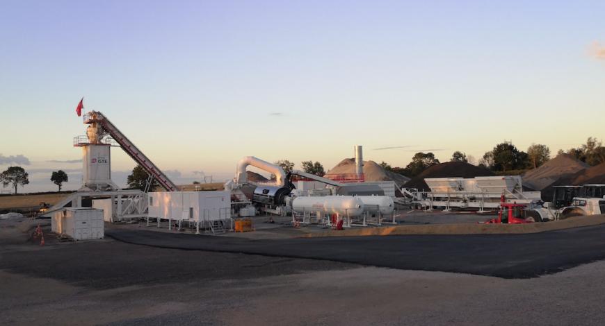 Usine d'enrobés mobile à très fort taux de recyclés sur le chantier de la future A79.