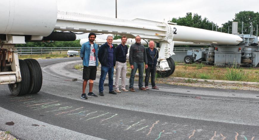 Une partie des auteurs devant le manège de fatigue. De gauche à droite : S. Todkar, X. Dérobert, J-M. Simonin, S. Trichet, Th. Gouy.
