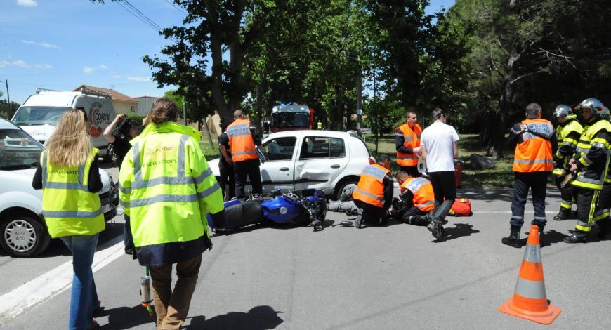 Accident de la circulation routière entre un deux-roues motorisé et un véhicule léger.
