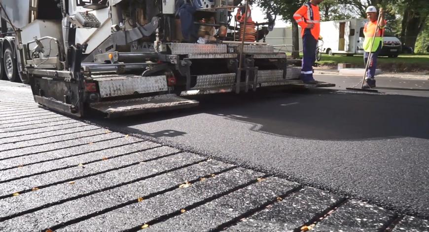 Mise en œuvre du procédé Power Road : application de la couche de comblement – méthode par rainurage.