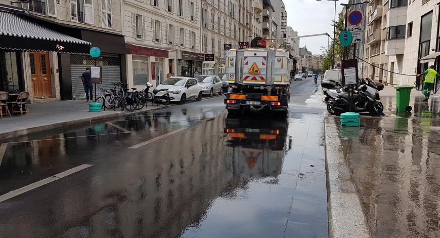Opération d'arrosage rue Frémicourt en août 2019.