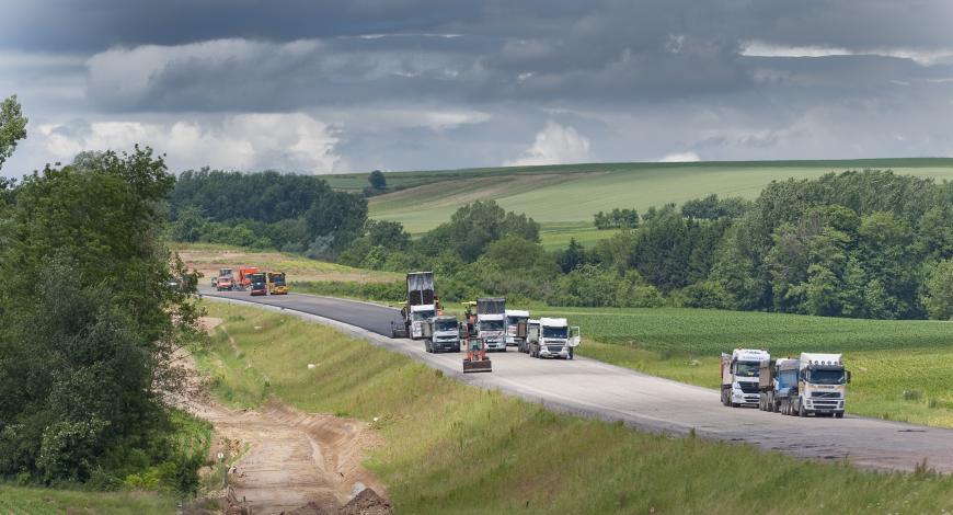 Réalisation de la grave-bitume sur le lot 43B de la LGV Est entre Lupstein et Eckwersheim par l'agence Colas Bas-Rhin.