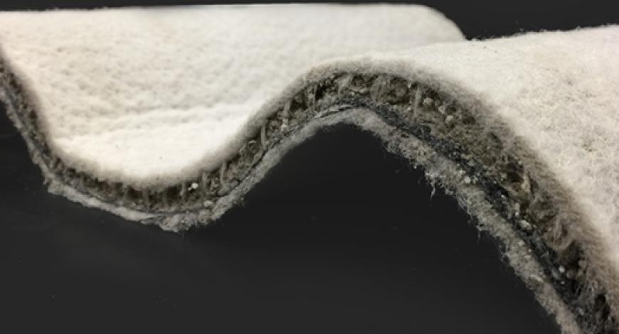 Vue en coupe d'un géocomposite de ciment.