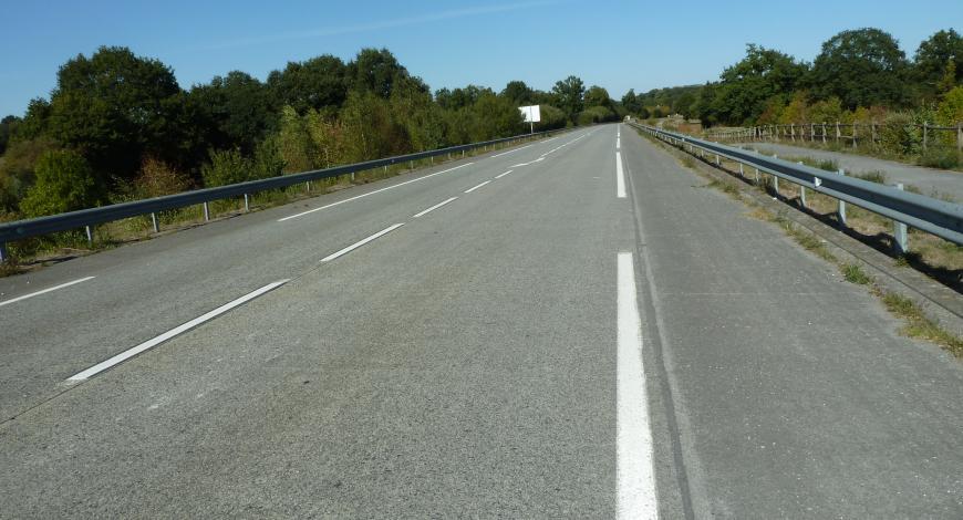 Déviation de Saint-Pierre- la-Cour (Mayenne) en BAC sur GB, recouvert d'un BBTM, après 13 années de service (photo prise en 2018).