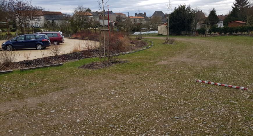Un parking économique en mélange terre-pierre.