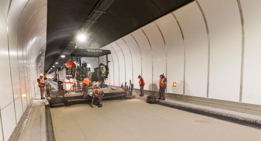 L'équipe d'Eiffage Route applique le Mexphalte C LT de Shell.