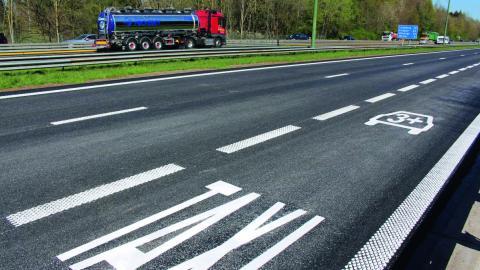 En Belgique, sur certains tronçons d'autoroutes, la bande d'arrêt d'urgence est réservée au covoiturage et aux taxis.