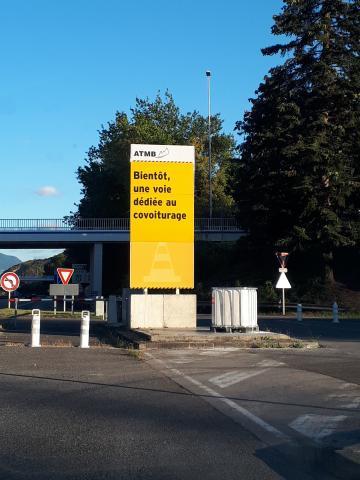Des panneaux lumineux et des panneaux travaux « jaunes » ont été déployés pour informer et sensibiliser.