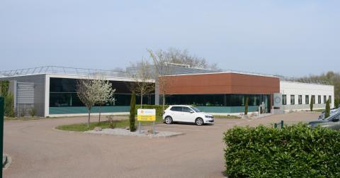 Le parking du centre technique, coloré au Shell Mexphalt C LT.
