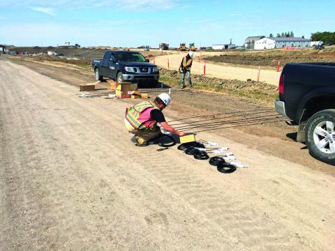 Installation des capteurs de pression et déformation sur le chantier du Regina Bypass.