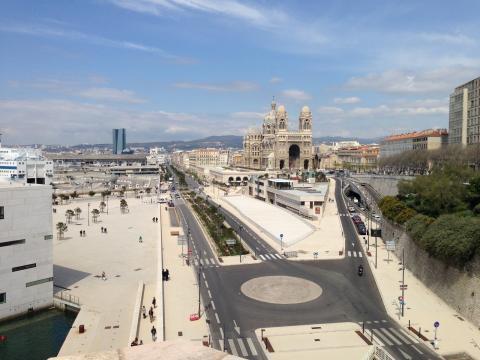 Vue générale des aménagements en béton désactivé et bouchardé à Marseille.