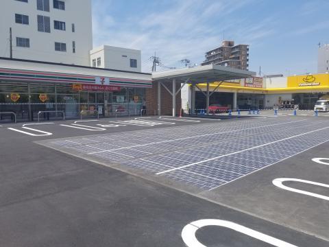 Exemple d'optimisation de l'espace foncier : au Japon, Wattway alimente un magasin en électricité, en complément de panneaux solaires installés sur les toits et d'une éolienne de ville.