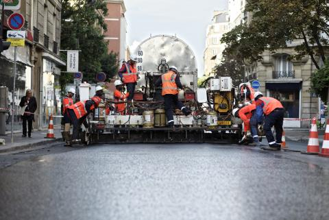 Mise en œuvre mécanisée de l'asphalte Puma rue Lecourbe.