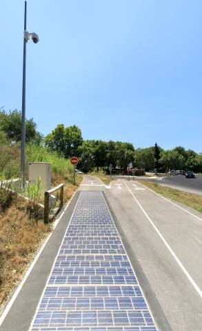 À Montpellier Méditerranée Métropole, Wattway alimente une caméra de surveillance du trafic routier.