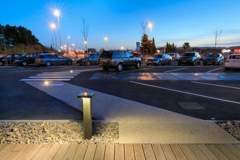 À Narbonne, Wattway, installé sur une aire de covoiturage, alimente l'éclairage d'un chemin piétonnier.