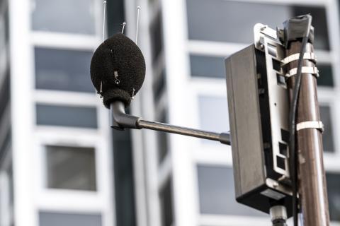 Installation de microphone pour mesurer le bruit rue Frémicourt.