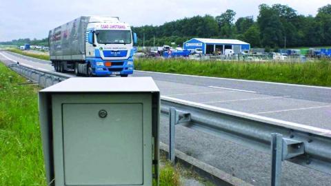 Poids lourd à l'approche d'un équipement de pesage en marche de présélection des surcharges.