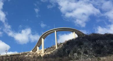 Le pont courbe à Bakar, en Croatie.