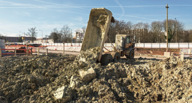 Camion de chantier vidant les déblais dans une fosse – site de la future gare de Noisy-Champs (93).
