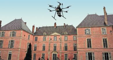 Hexacoptère DPS6 équipé du Surveyor devant le château de Meung-sur-Loire.