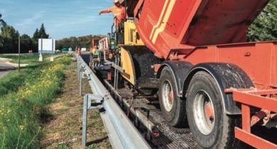 Mise en œuvre de grille de verre en renforcement de chaussée.