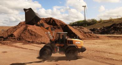 La chargeuse sur pneus Case 821G pour la manutention des déchets et le recyclage.