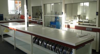 Vue de la partie du laboratoire Routes et Matériaux du Calvados dédiée aux essais sur les liants hydrocarbonés.