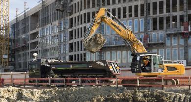 Remplissage du camion de transport avec les déblais sous la surveillance du chauffeur sur le site de la future gare de Noisy-Champs.