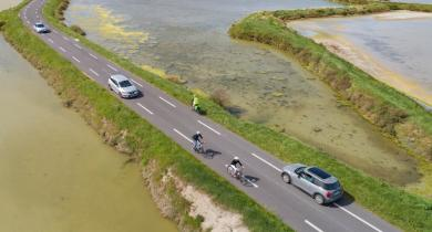 Chaussée à voie centrale banalisée (CVCB) dans les marais salants, en Loire-Atlantique.