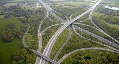 Vue aérienne de la jonction entre les autoroutes M23 et M25, principale rocade extérieure qui encercle l'agglomération de Londres. Depuis plus de 30 ans, Shell Bitumes contribue à l'entretien de cette route.
