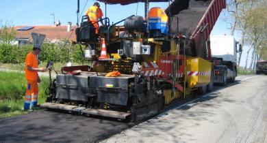 Chantier de renforcement GE 0/14 par demi-chaussée réalisé en régie.