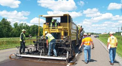 Application de traitement expérimental d'entretien de chaussées à fort trafic pour climats froids sur la route US-169, à Pease, dans le Minnesota.