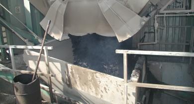 Transfert de l'enrobé à chaud vers le silo de stockage (trémie mobile).