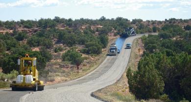 Réalisation d'un enduit superficiel dans le parc national de Canyonlands, en Utah (États-Unis).