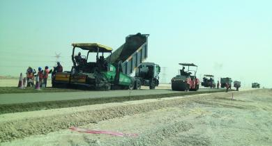 Chantier du projet autoroutier NOH2 (New Orbital Higway and Truck Road), au Qatar.