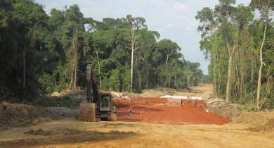 Travaux de terrassement pour le projet de route Ketta-Djoum.
