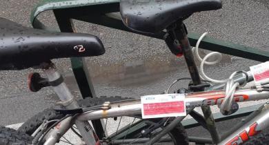 Les vélos accrochés au mobilier urbain de la ville de Puteaux risquent l'enlèvement.