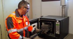 Technicien en cours de manipulation sur un four à calcination.